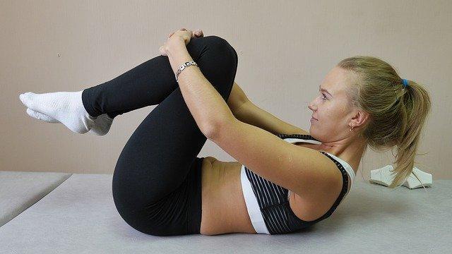 žena při cvičení na záda