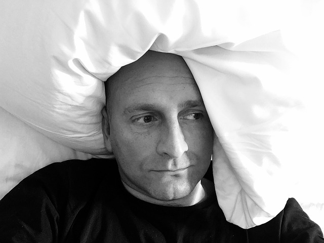 zoufalý muž v posteli