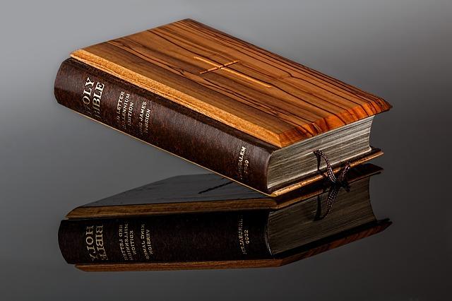bible s dřevěnou vazbou