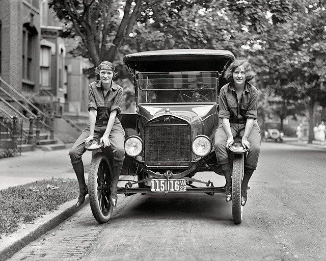 dvě ženy a automobil historická