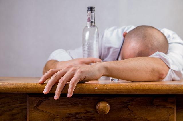 muž s nadmírou alkoholu