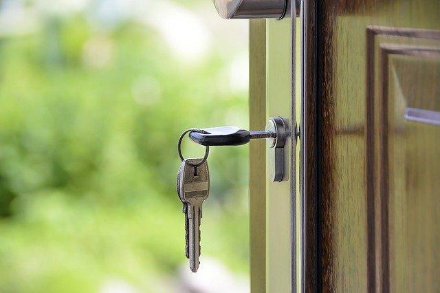 klíče v zámku dveří