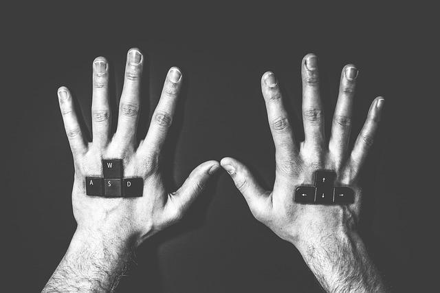 klávesnice v rukách