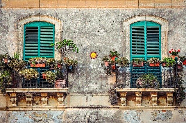 malé balkony