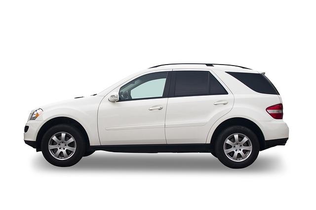 bílý automobil
