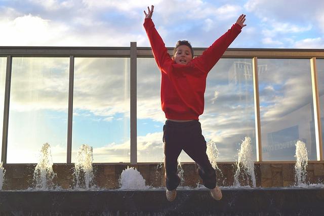 chlapec při výskoku u fontány.jpg