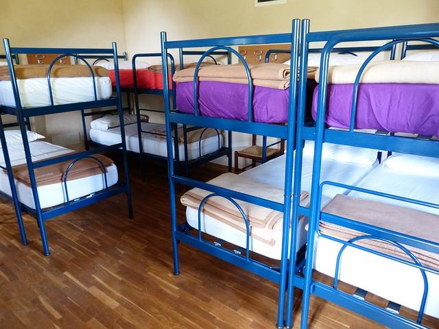 ložnice v hostelu s modrými palandami