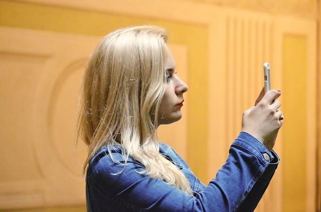 blonďatá žena fotící si něco v galerii