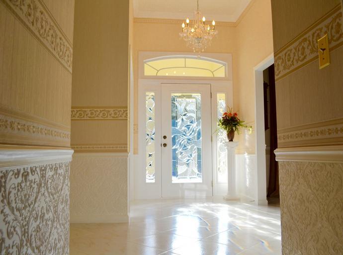 pohled na dveře z místnosti, tapety, krásný lustr, bílé dveře se vzorem