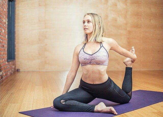 dívka cvičící jógu
