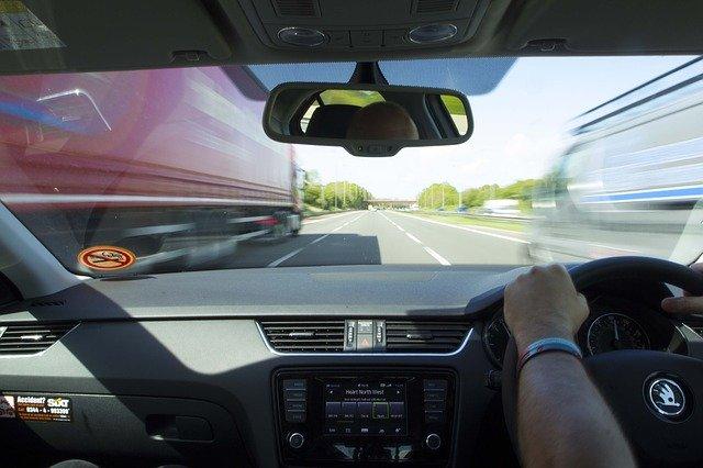 řidič na dálnici, palubní deska