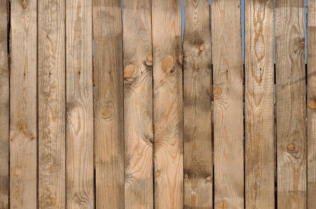 přibitá dřevěná prkna.jpg